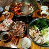 早餐:香葱馒头片+黑芝麻糊,午餐:自制鸳鸯火锅